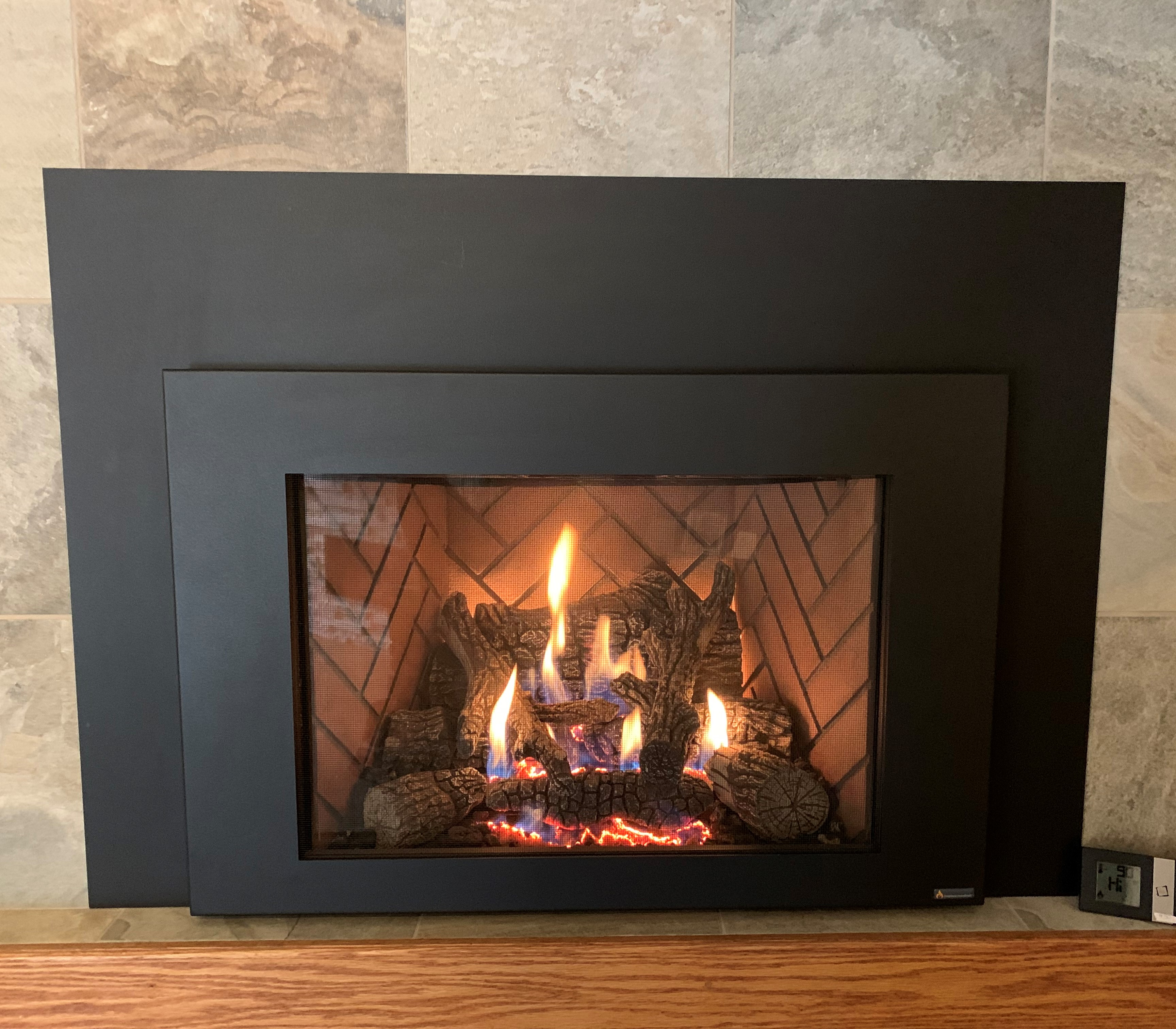 Image of the 430 Gas Insert by Travis Industries featuring Traditional Oak Logs.